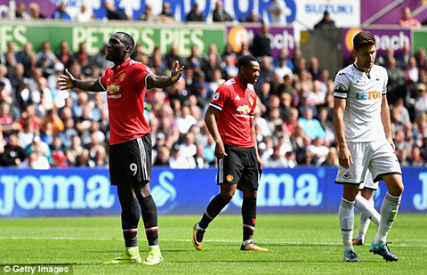 Video Romelu Lukaku no sung o tran Swansea 0-4 Mu hinh anh