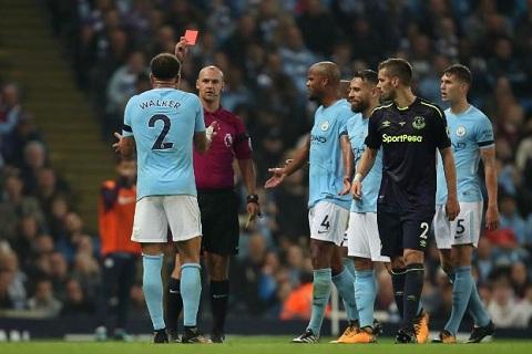 Kyle Walker nhan the do trong tran gap Everton