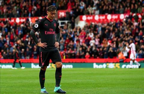 Mesut Ozil bi huyen thoai Arsenal chi trich nang ne hinh anh