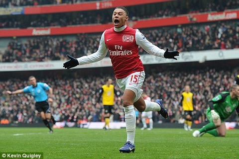 Wenger tiet lo nguoi thay the tien ve Chamberlain hinh anh