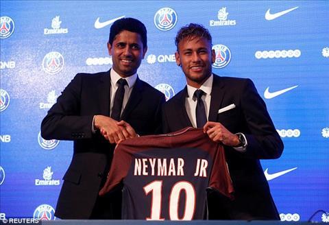 Chu tich Nasser Al-Khelaifi bat tay Neymar de ra mat tan binh nguoi Brazil. Anh: Reuters.