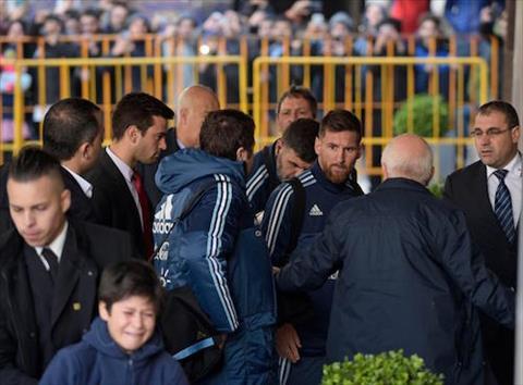 Messi ghi diem trong mat NHM Uruguay bang  hinh anh