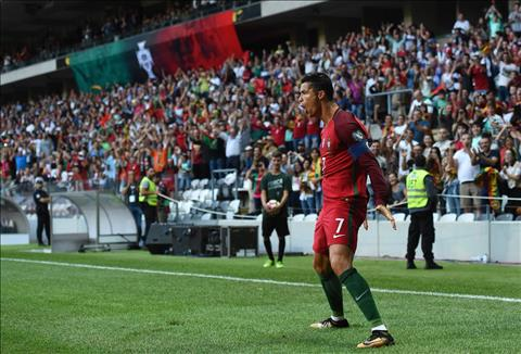 Lap hat-trick, Ronaldo vuot thanh tich cua huyen thoai Pele hinh anh