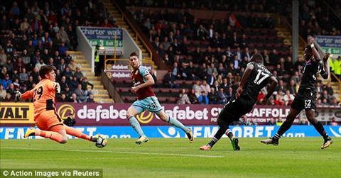 Diem nhan Burnley 1-0 Crystal Palace Chu nha thu kien cuong, Frank de Boer sap mat viec hinh anh 4