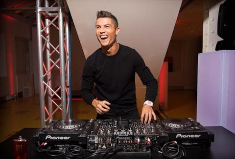 Cristiano Ronaldo ra mat san pham nuoc hoa moi hinh anh