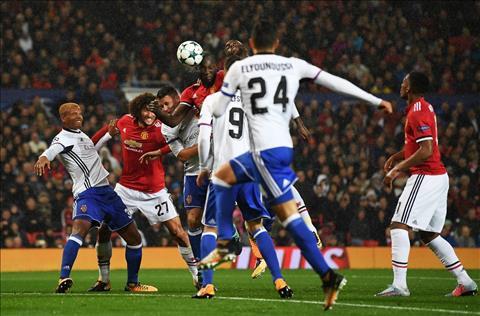 MU 3-0 Basel Ngay Lukaku khien Mourinho mo mat hinh anh 3