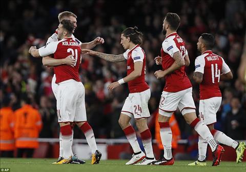 Arsenal van thang du bi dan truoc va doi hinh vang nhieu tru cot
