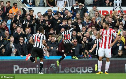 Tong hop Newcastle 2-1 Stoke (Vong 5 NHA 201718) hinh anh