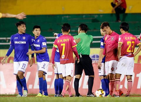 Mac Hong Quan phan ung manh me vi bi dan em U20 Viet Nam pham loi hinh anh