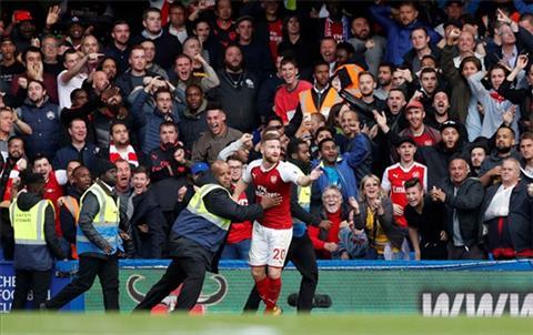 Khong the tro thanh nguoi hung, sao Arsenal do tai… dong doi hinh anh