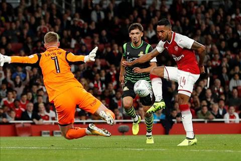 Arsenal sap day tien dao Theo Walcott ra duong hinh anh