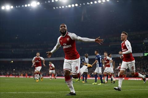 Tien dao Alexandre Lacazette den Arsenal vi Sanchez hinh anh