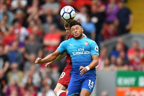 Huyen thoai Arsenal du doan Chamberlain gap kho tai Liverpool hinh anh