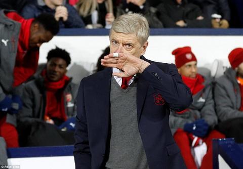 Arsene Wenger bay to su tuc gian voi trong tai Mike Dean.
