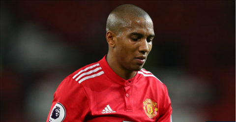 Tien ve Ashley Young bi cam thi dau 3 tran hinh anh