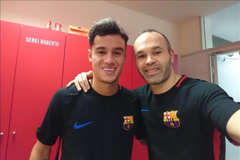 Coutinho bi Iniesta dan mat ve cho dung o Barcelona hinh anh