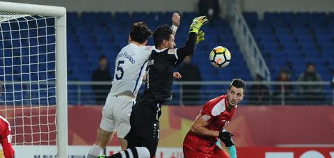 Hwang Hyun-soo (U23 Han Quoc) tranh chap voi thu thanh Khaled Ibrahim (U23 Syria).