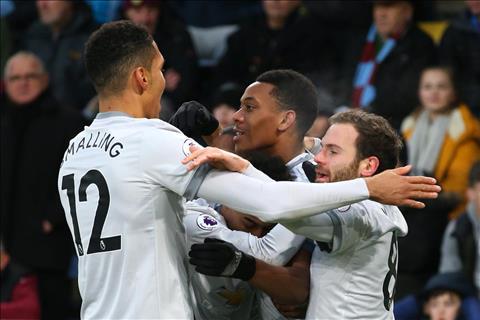 Burnley 0-1 Man Utd 3 diem mung Sanchez, 3 diem can Sanchez hinh anh 2