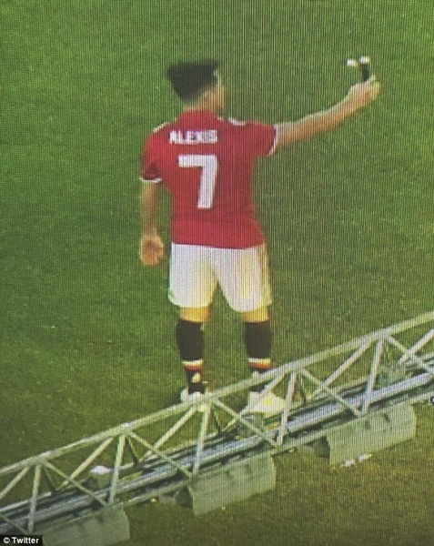 Sao Man Utd chao mung tan binh Alexis Sanchez hinh anh