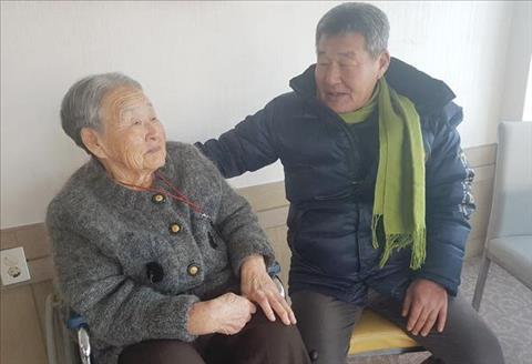 Me HLV Park Hang-seo nac nghen khi nhac ve con trai hinh anh