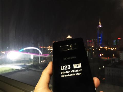 Samsung tang moi cau thu U23 Viet Nam mot chiec Note 8 voi ten khac tren than may hinh anh