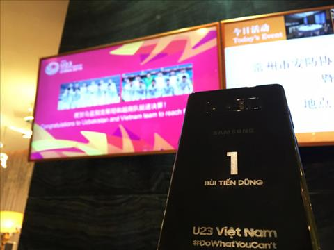 Samsung tang moi cau thu U23 Viet Nam mot chiec Note 8 voi ten khac tren than may hinh anh 2