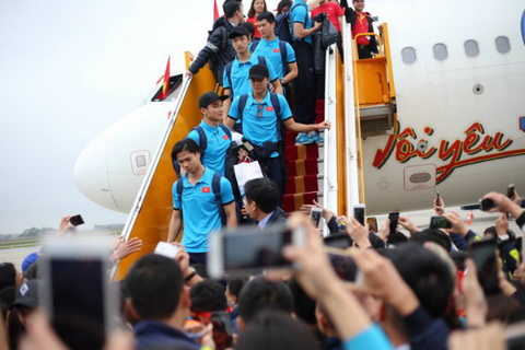 Cac cau thu U23 Viet Nam xuong san bay.