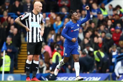 Batshuayi lap cu dup giup Chelsea thang Newcastle