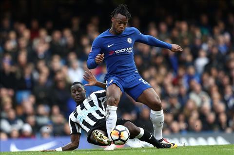 Newcastle phong ngu ngay tho truoc Chelsea cua Batshuayi