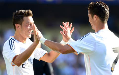 Ozil Ronaldo tot hon Messi hinh anh