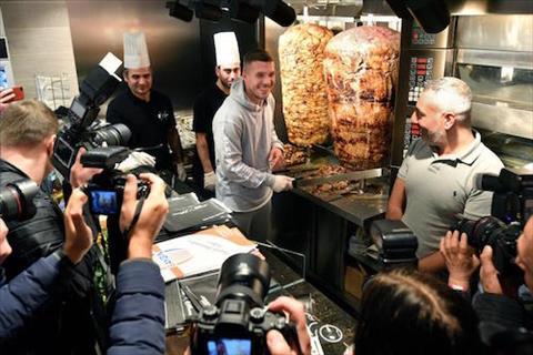 Lukas Podolski mo cua hang banh mi kebab hut khach hinh anh 2