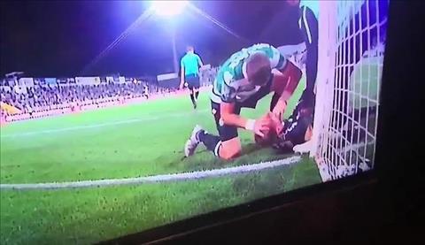 Cựu hậu vệ Liverpool nhanh trí cứu mạng thủ môn bị nuốt lưỡi hình ảnh