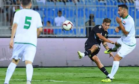 Dybala (ao den) khong ghi duoc ban nao, nhung Argentina qua manh so voi Iraq. Anh: Reuters
