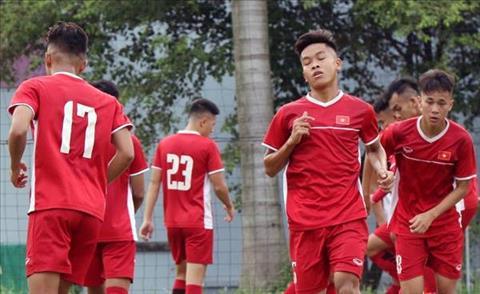 U19 Viet Nam tap luyen tren mat san xau tai Indonesia.