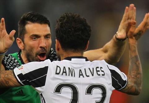 Thủ môn Gigi Buffon và hậu vệ Dani Alves tắm chung với nhau hình ảnh