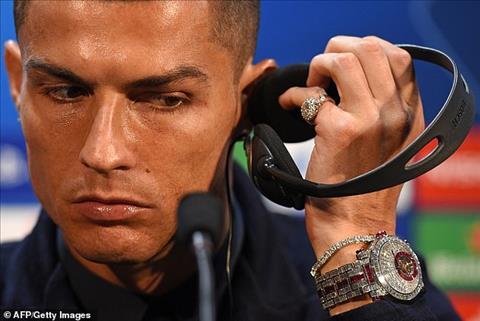 Ronaldo đeo đồng hồ bạc tỷ trong buổi họp báo