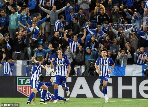 Alaves ghi ban o nhung phut cuoi day Real Madrid vao khung hoang.