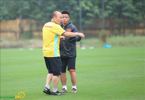 HLV Park Hang Seo thao luan voi tro ly ve viec bo tri dieu kien tap cho doi.