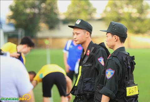 DT Viet Nam tap luyen trong chieu 14/11 voi su bao ve cua luc luong canh sat.