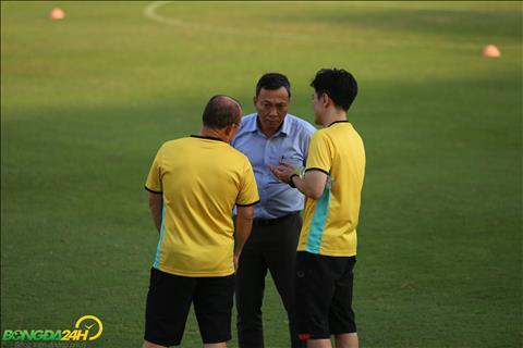 Pho Chu tich Truong truc VFF Tran Quoc Tuan ra san theo doi tinh hinh tap luyen cua doi tuyen.