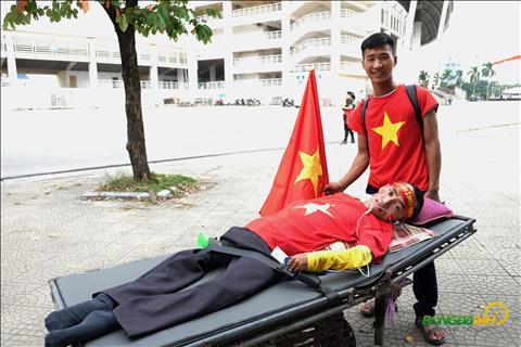 CĐV khuyết tật từ Nghệ An lặn lội ra cổ vũ thầy trò Park Hang Seo hình ảnh