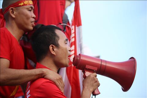 CĐV Việt Nam cuồng nhiệt, đốt pháo sáng bên ngoài sân Mỹ Đình hình ảnh 3