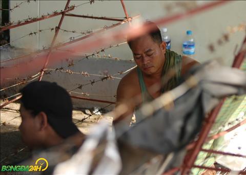 Bất chấp nắng to, NHM Myanmar xếp hàng mua vé trận gặp Việt Nam hình ảnh 4