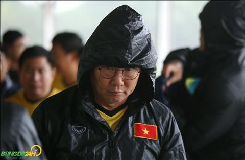 Cảm động hình ảnh HLV Park Hang Seo tắm mưa kiểm tra sân tập cho ĐT Việt Nam hình ảnh 2