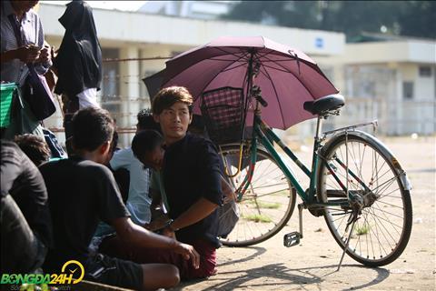 NHM Myanmar xep hang mua ve phai mang theo o khi troi nang to.