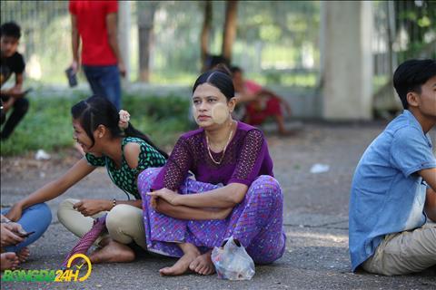 Mot phu nu Myanmar voi trang phuc va bot boi mat truyen thong de tranh nang cung xep hang mua ve.