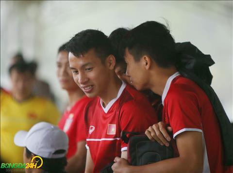 Trung ve Bui Tien Dung nep vao sau dan anh Do Hung Dung vi troi bat chot do con mua lanh.