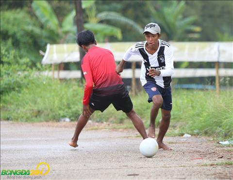 Duong pho la noi nuoi duong giac mo bong da cua nhieu chang trai tai Myanmar.