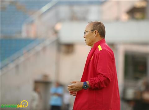 Nhu thuong le khi buoc vao san moi, HLV Park Hang Seo lai thuc hien nghi thuc cau nguyen.