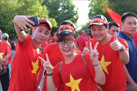 Nu cuoi Viet Nam tren dat Myanmar